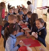 Elevi de la Liceul Ortodox din Oradea au confecționat podoabe de Crăciun la Muzeul Țării Crișurilor