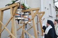 Episcopul Oradiei a sfințit clopotele bisericii  din cimitirul eparhial din Oșorhei