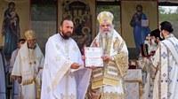 Starețul Mănăstirii Izbuc a primit Crucea Patriarhală, cea mai înaltă distincție a Patriarhiei Române
