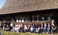 Suntem un popor unde crucile eroilor  luminează bisericile de lemn